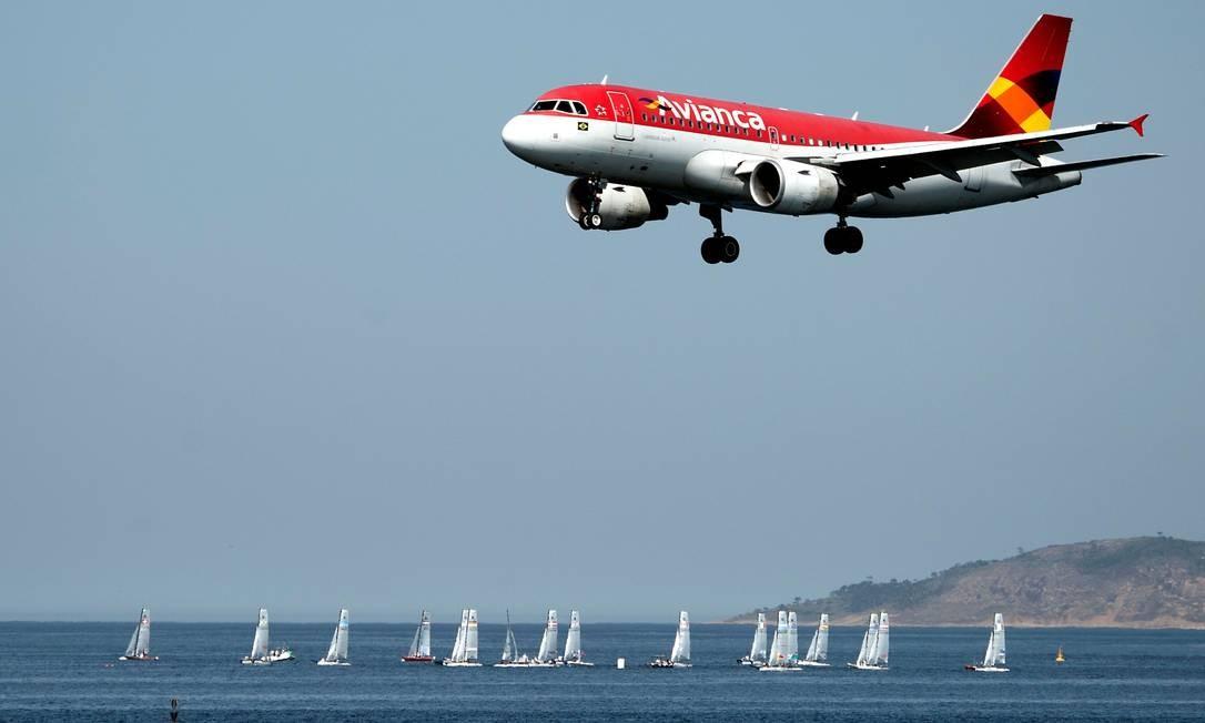 Avião da Avianca Brasil pousando no aeroporto Santos Dumont, no Rio de Janeiro Foto: Vanderlei Almeida / Vanderlei Almeida/AFP/19-8-2015
