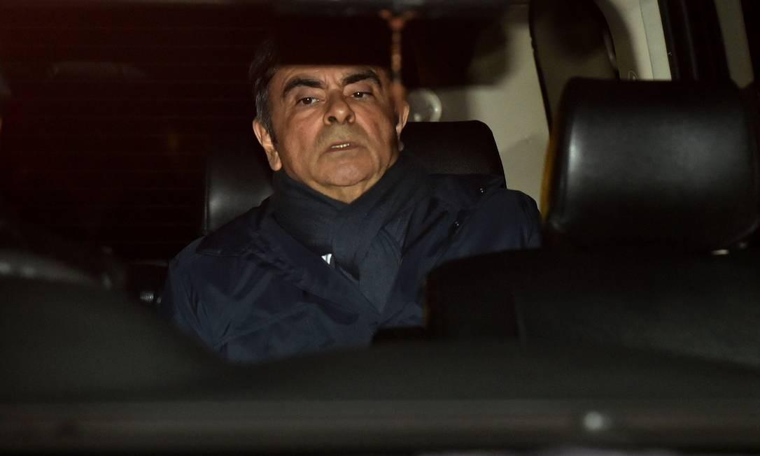 O ex-presidente da Nissan, Carlos Ghosn, deixa o escritório de advocacia em Tóquio. Ghosn publicou em uma rede social que concederá uma entrevista à imprensa na próxima semana na qual pretende dizer toda a verdade ao saber que procuradores preparam um novo caso contra ele Foto: KAZUHIRO NOGI / AFP