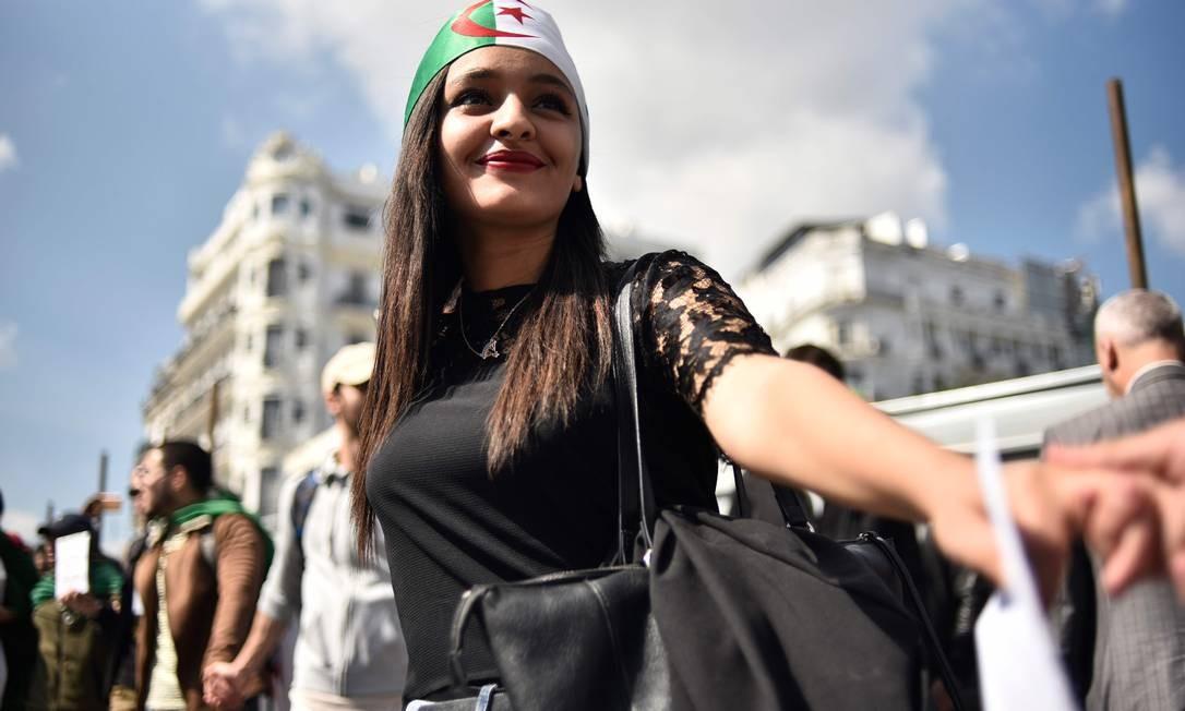 Estudantes argelinos participam de uma manifestação contra o atual governo na capital, Argel, no mesmo dia em que o presidente, Abdelaziz Bouteflika, apresentou sua renúncia após seis semanas de protestos nas ruas. Bouteflika, de 82 anos, estava há 20 no poder Foto: RYAD KRAMDI / AFP