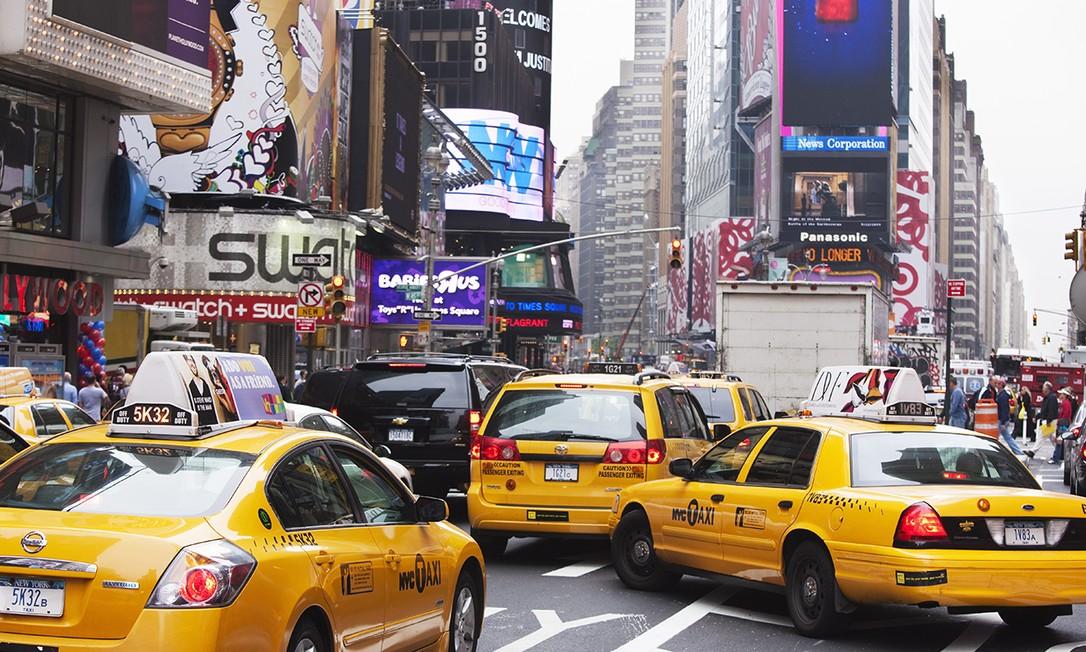 Trânsito na Times Square, em Nova York. Dinheiro com pedágio urbano será revertido para o transporte público. Foto: Amanda Hall / Robertharding / Gettyimages