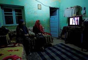 Adolescentes assistem televisão em Alwasata, no Sul do Cairo Foto: Hayam Adel / Reuters