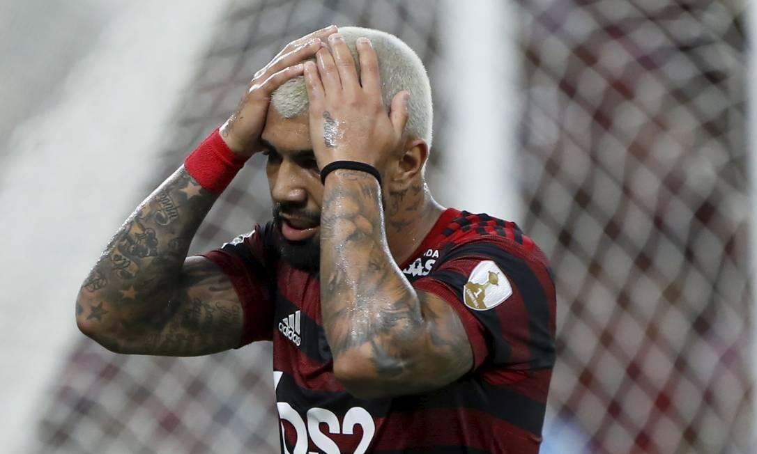 Gabigol lamenta chance perdida na partida contra o Peñarol Foto: MARCELO THEOBALD / Agência O Globo