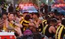 Torcedores do Peñarol são presos no Leme na Zona Sul do Rio Foto: JOSE LUCENA/FUTURA PRESS / Agência O Globo