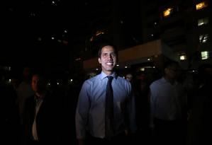 Líder opositor venezuelano, Juan Guaidó cumprimenta apoiadores em Caracas Foto: IVAN ALVARADO 02-04-2019 / REUTERS