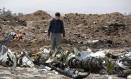 Investigador caminha por destroços de avião da Ethiopian Airlines Foto: Baz Ratner 12-03-2019 / REUTERS