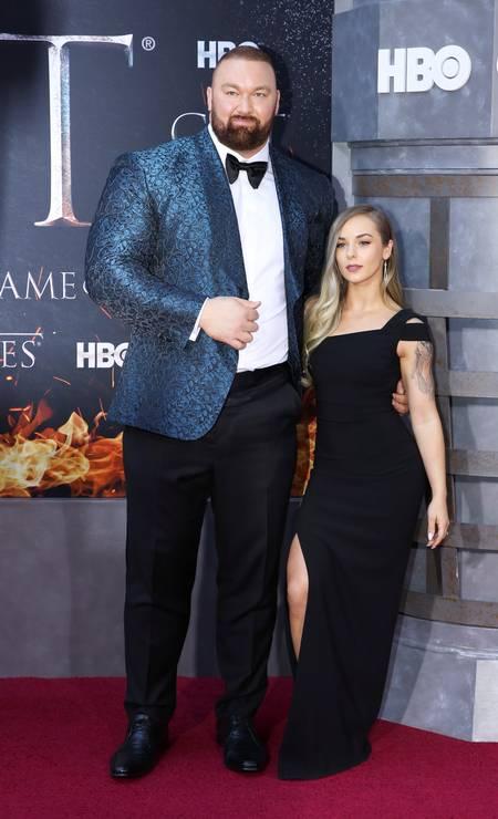 O atleta islandês Hafthor Julius Bjornsson (Gregor Clegane) posa com a mulher, a canadense Kelsey Henson Foto: CAITLIN OCHS / REUTERS