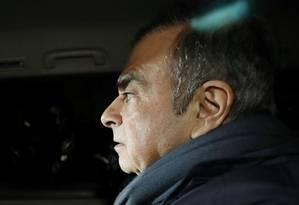 Carlos Ghosn, ex-executivo da Nissan, deixa o escritório de seus advogados em Tóquio antes de ser levado para a prisão Foto: Kyodo / Reuters