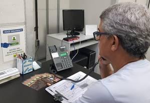 Voluntário do Centro de Valorização da Vida na sede instalada na Uerj Foto: Felipe Grinberg / Agência O Globo