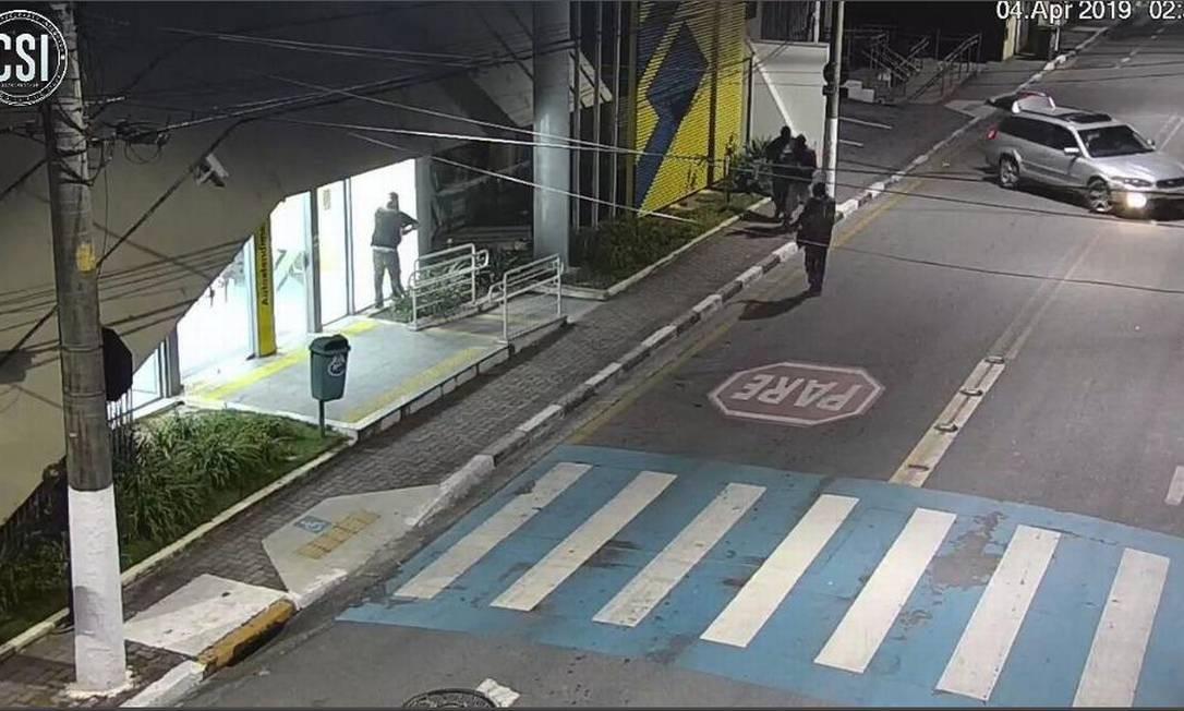 Momento que agência é invadida em Guararema Foto: Reprodução: Centro de Segurança Integrada