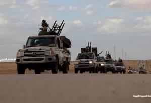 Imagem de vídeo divulgado pelo Exército Nacional da Líbia (ANL) mostra suposto comboio de suas tropas seguindo em direção à capital Trípoli Foto: - / ANL/AFP