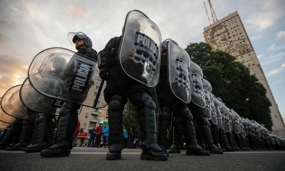 Policiais protegem o Ministério do Desenvolvimento Social, em Buenos Aires, depois que manifestantes tentaram acampar em frente ao prédio durante um protesto convocado por sindicalistas argentinos contra as políticas econômicas do governo do presidente argentino Mauricio Macri Foto: EMILIANO LASALVIA / AFP