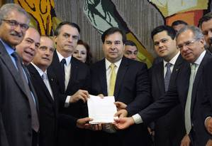 Em meio à crise, Bolsonaro vai ao Congresso e entrega o texto da PEC da reforma da Presidência ao presidente da Câmara, Rodrigo Maia, e ao presidente do Senado Davi Alcolumbre Foto: Luis Macedo / Agência O Globo