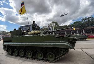 Foto de arquivo mostra soldados venezuelanos a bordo de um taque de fabricação russa em para militar em Caracas: intervenção estrangeira seria 'prematura', diz enviado americano Foto: JUAN BARRETO/AFP/01-02-2017