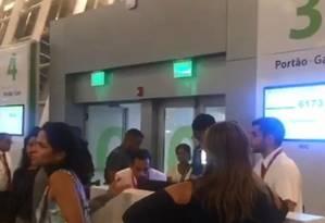 Passageiros buscam informações no balcão da Avianca sobre voo cancelado Foto: Reprodução - Arquivo pessoal