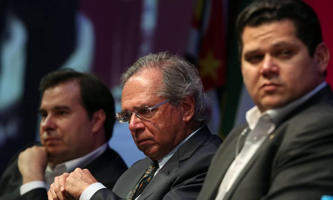 O presidente da Câmara, Rodrigo Maia; ministro da Economia, Paulo Guedes; e presidente do Senado, Davi Alcolumbre Foto: Amanda Perobelli / Reuters