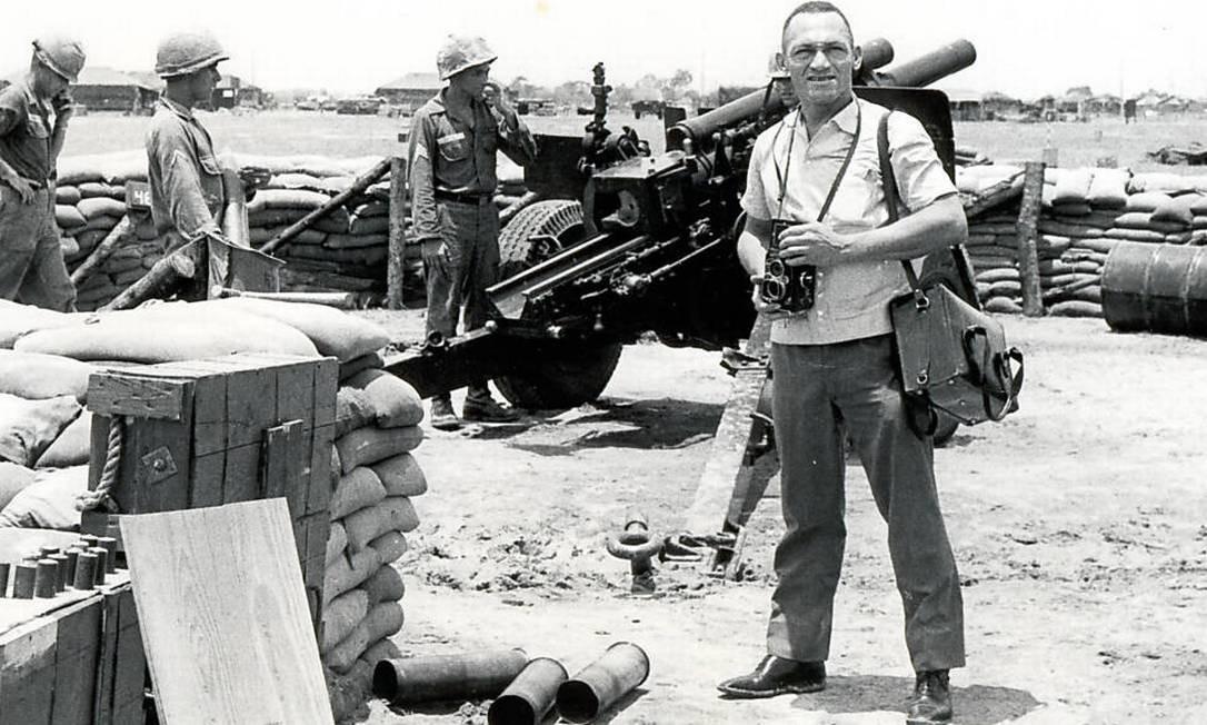 Gervásio Baptista posa para foto duante de trabalho de cobertura da Guerra do Vietnã Foto: Arquivo pessoal