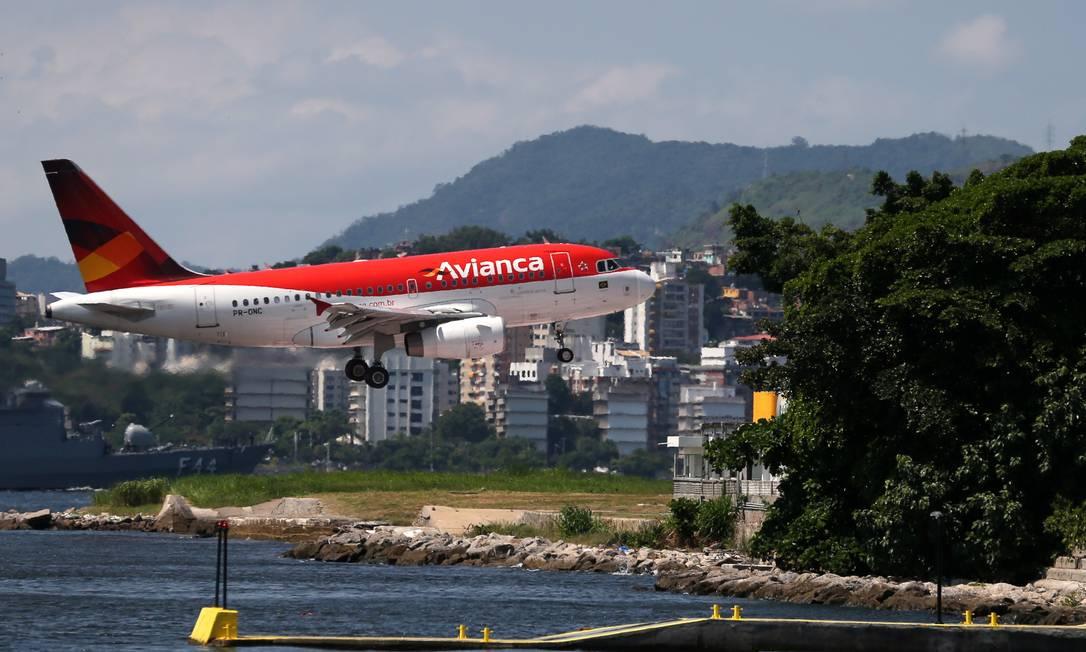 Aeronave da Avianca se prepara para pousar no aeroporto Santos Dumont. Foto: SERGIO MORAES / REUTERS