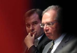 O ministro da Economia, Paulo Guedes, ao lado do presidente da Câmara, Rodrigo Maia. Diálogo é a chave para a aprovação da reforma da Previdência, segundo banqueiros Foto: AMANDA PEROBELLI / REUTERS