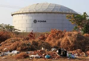 Tanque de petróleo com o logo da estatal venezuelana do setor PDVSA em Lagunillas, Venezuela: exportações para Cuba ajudam a manter regime de Maduro, afirmam EUA Foto: Isaac Urrutia/REUTERS/29-01-2019