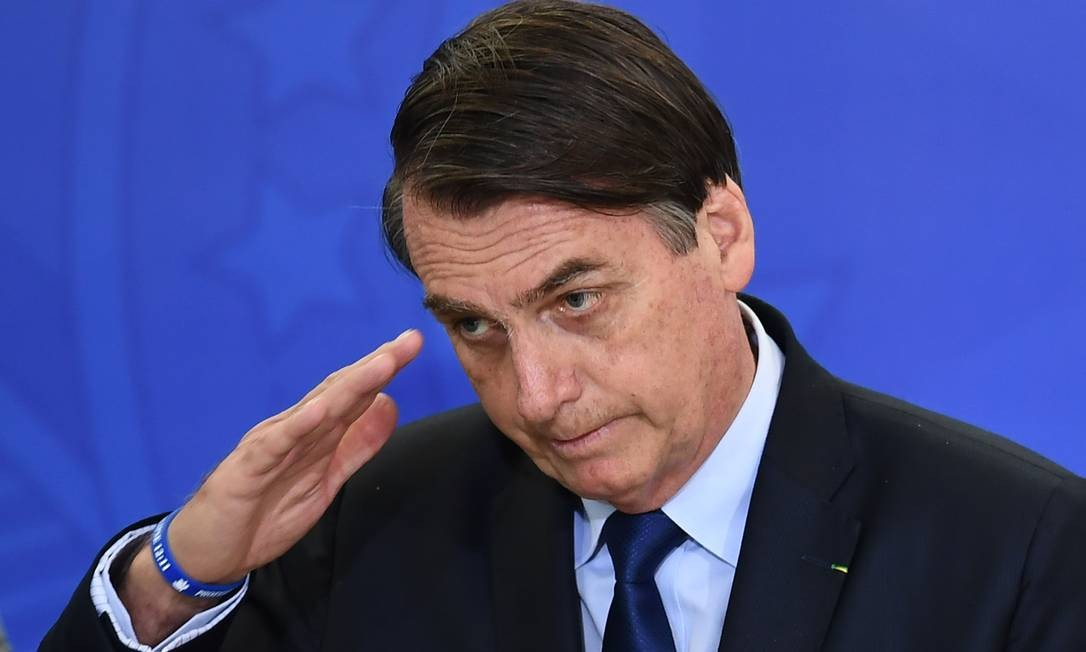 Entre extinguir o horário ou consultar a população, Bolsonaro seguiu o primeiro conselho Foto: EVARISTO SA / AFP