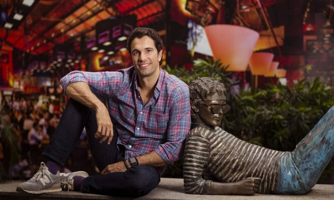 Flávio Sarahyba ao lado da escultura de Cazuza, no Leblon Foto: Leo Martins / Agência O Globo