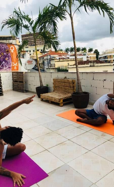 Aula de ioga com Helbert (de camiseta branca) Foto: Divulgação