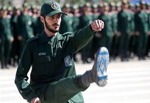 Oficial da Guarda Revolucionária iraniana marcha em cerimônia de graduação com a bandeira de Israel na sola do sapato: medida é alvo de boatos há anos Foto: Tasnim/REUTERS/30-06-2018