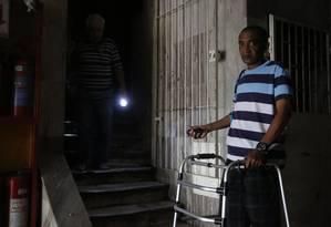 Morador do oitavo andar, Paulo Renato Alonso depende de um andador para se locomover e com o auxílio de uma lanterna que sobe e descetodos os lances de escada Foto: Fábio Guimarães / Fábio Guimarães