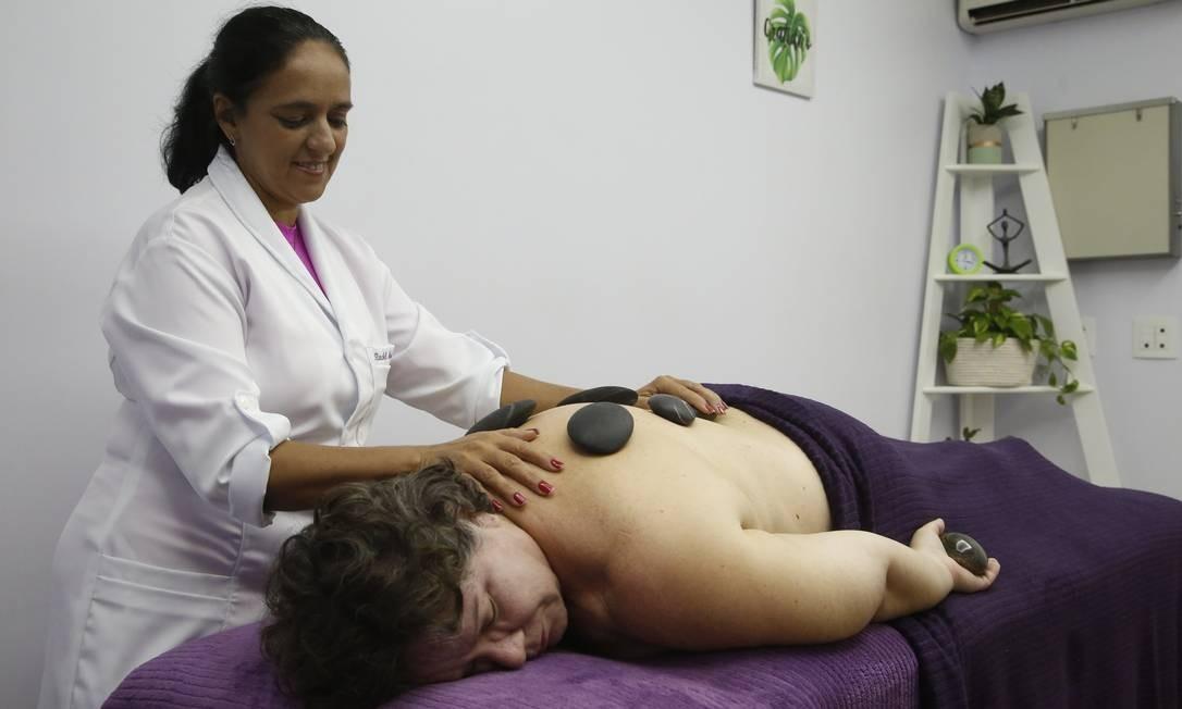 Zen. A terapeuta Adriana Ferreira faz massagem com pedras quentes em Cristina