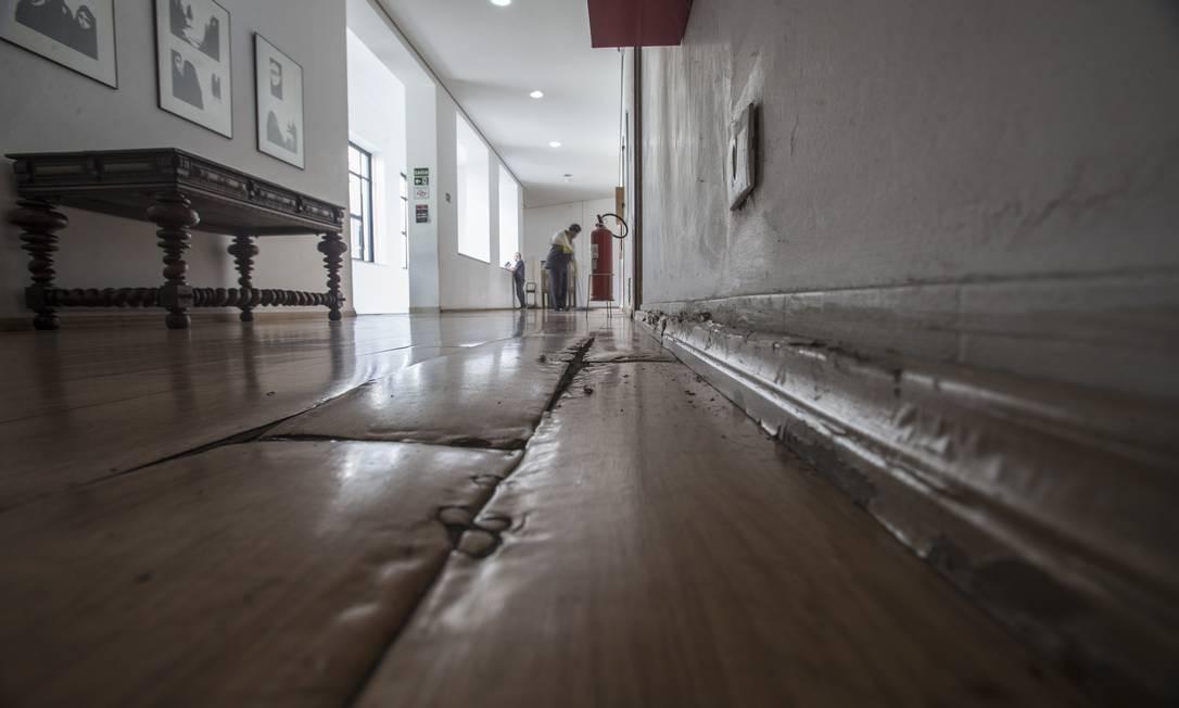 Sofás de linho natural, poltronas de veludo verde e mesas de madeira laqueadas de pretoforam colocadas no local Foto: Edilson Dantas / Agência O Globo
