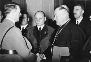 Adolf Hitler se encontra com o bispo Adam Hefter von Gurk, no Reichstag, casa do poder alemão, em 1938 Foto: ullstein bild Dtl. / ullstein bild via Getty Images
