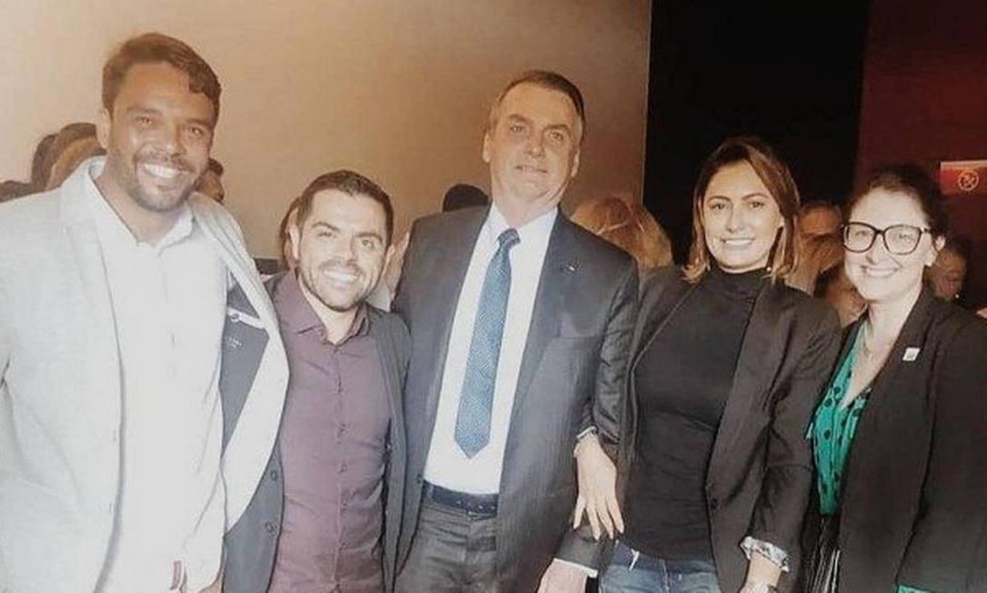 """De volta ao Brasil em meio à nova crise, Bolsonaro foi ao cinema no Park Shopping, em Brasília, com a primeira-dama, Michelle Bolsonaro, assistir ao filme """"Superação - Milagre da fé"""", que conta a história de um jovem que ficou uma hora morto após afogamento Foto: Reprodução"""