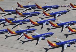 Várias unidades do Boeing 737 MAX, da outhwest Airlines, aparecem estacionadas no Aeroporto de Logística do Sul da Califórnia, em Victorville Foto: MARK RALSTON / AFP