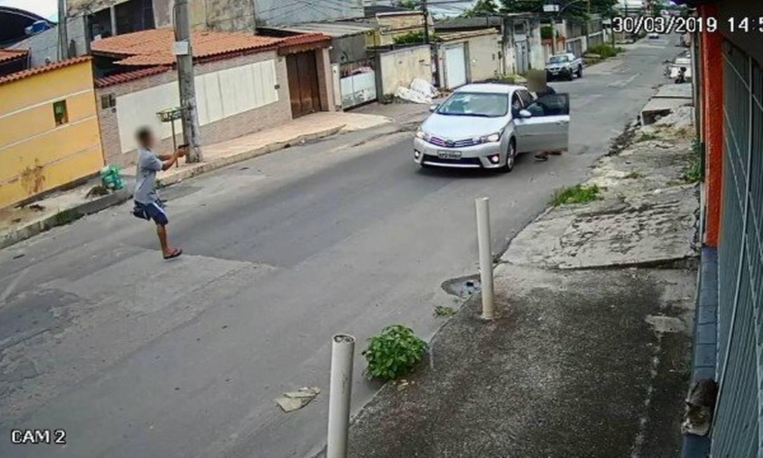 Sem uma das pernas, assaltante armado se descola em direção ao carro da vítima, enquanto comparsa o expulsa vítima do veículo Foto: Reprodução