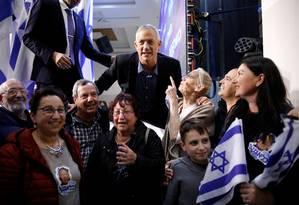 'Nem esquerda nem direita.' Líder da coalizão Azul e Branco, Gantz posa com eleitores em Ashkelon, Israel: discurso centrado na segurança e defesa de solução diplomática com palestinos Foto: AMIR COHEN / REUTERS/03-04-2019