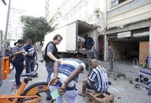 Homem é preso durante operação da polícia contra comércio ilegal Foto: Marcio Alves / Marcio Alves