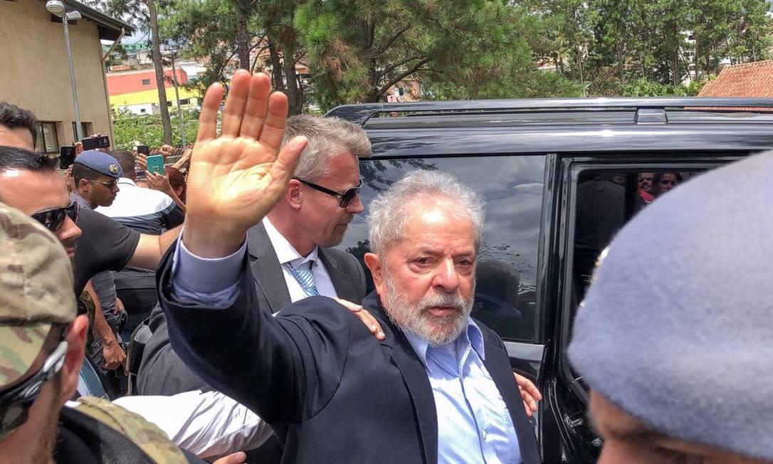 O ex-presidente Lula acena para apoiadores após comparecer ao velório de seu neto em São Bernardodo Campo, em 2 de março. Foto: Ricardo Stuckert Filho / Reuters
