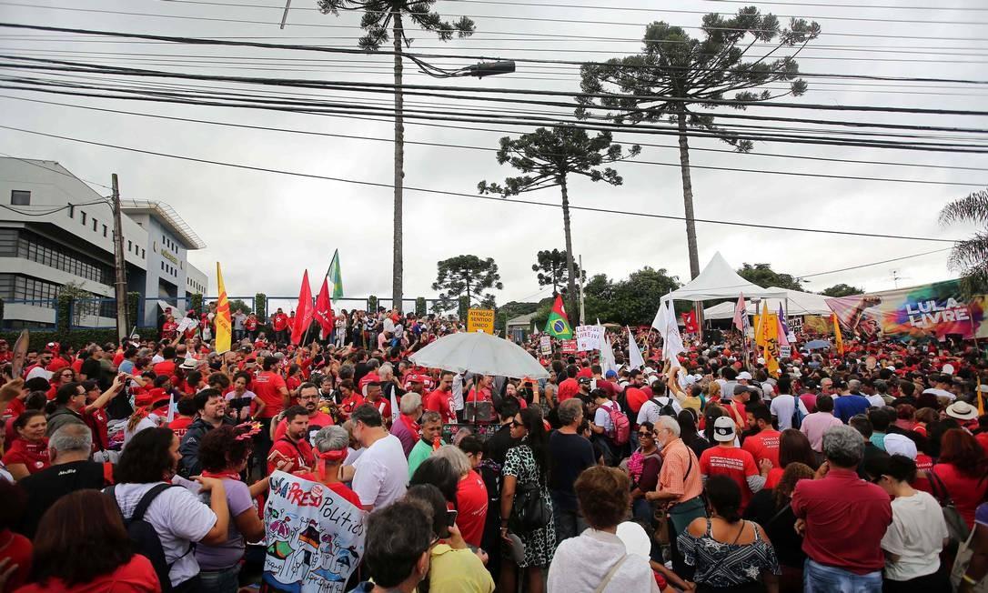 Ato contra prisão do ex-presidente Lula, em Curitiba Foto: HEULER ANDREY / AFP