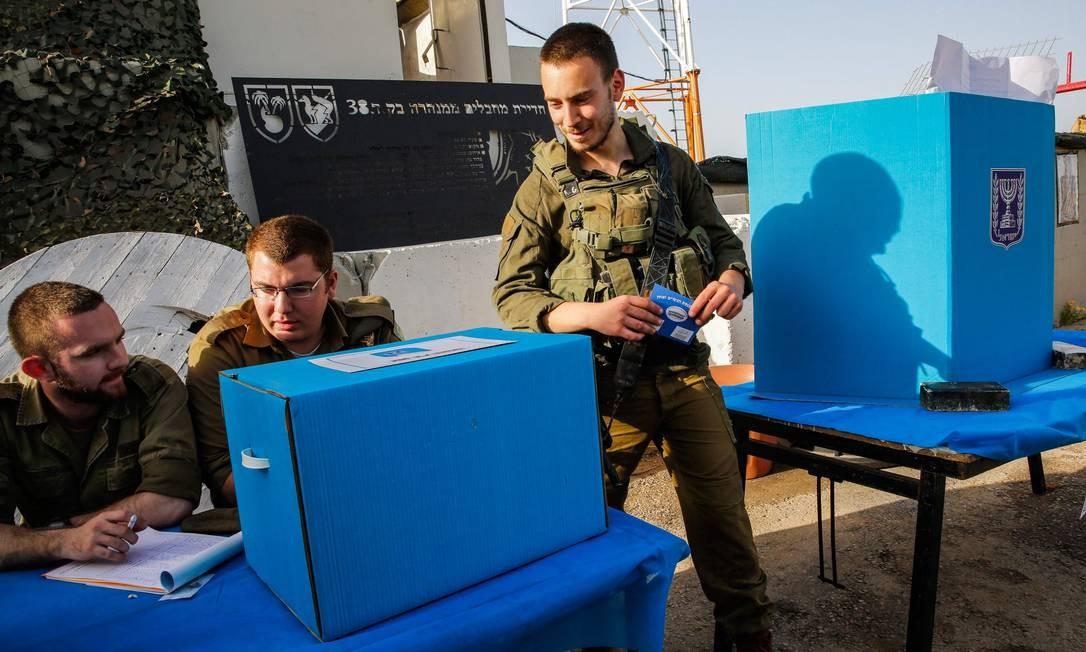 Soldados israelenses se preparam para votar na base do exército em Erez, no sul de Israel, perto da fronteira com a Faixa de Gaza Foto: GIL COHEN-MAGEN / AFP