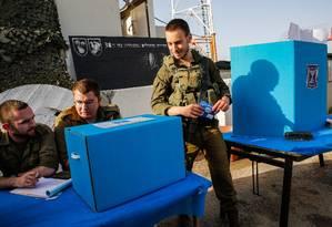 Soldados israelenses se preparam para votar na base do exército de Erez, no sul de Israel, perto da fronteira com a Faixa de Gaza Foto: GIL COHEN-MAGEN / AFP