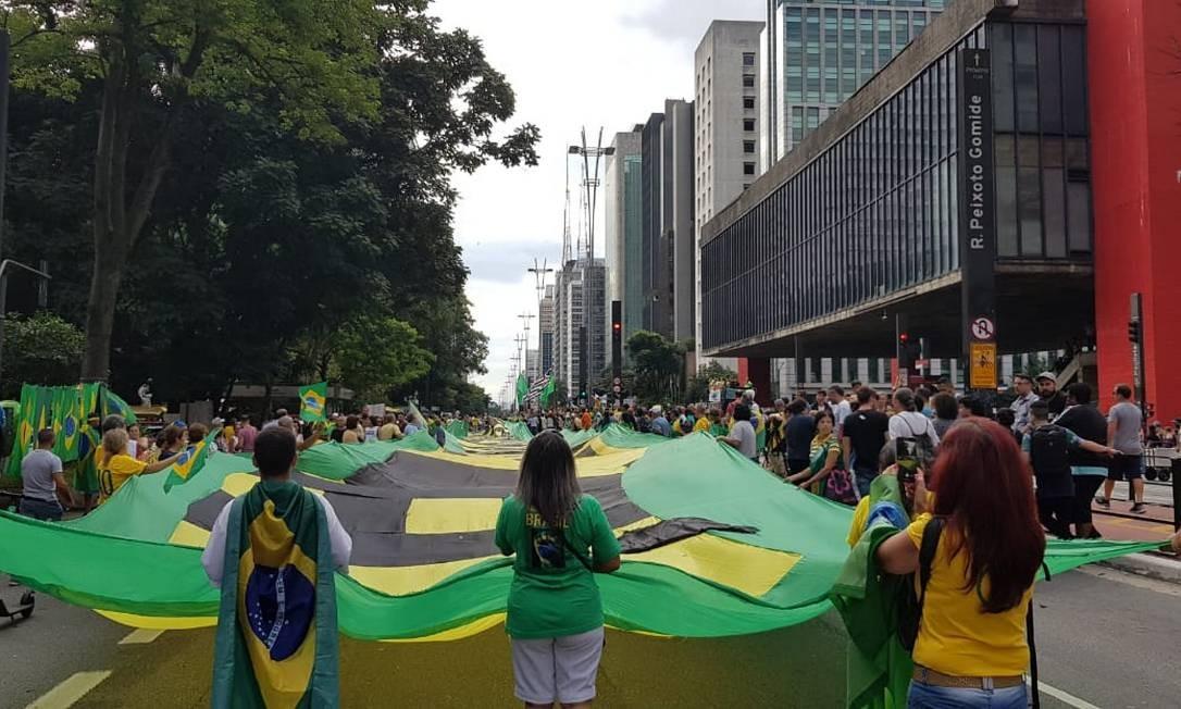 O protesto da direita ficou espalhado pela avenida em quatro carros entre o Masp e a Fiesp Foto: Gustavo Schmitt