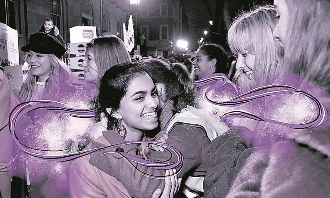 Protesto. Amika George durante um ato da campanha #freeperiod (menstruação livre), em Londres Foto: Arte de Lari Arante sobre foto de Dave Benett/Getty Images/20-12-17