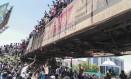 Manifestantes sudaneses protestam em frente ao quartel-geral do Exército Foto: STRINGER 08-04-2019 / AFP