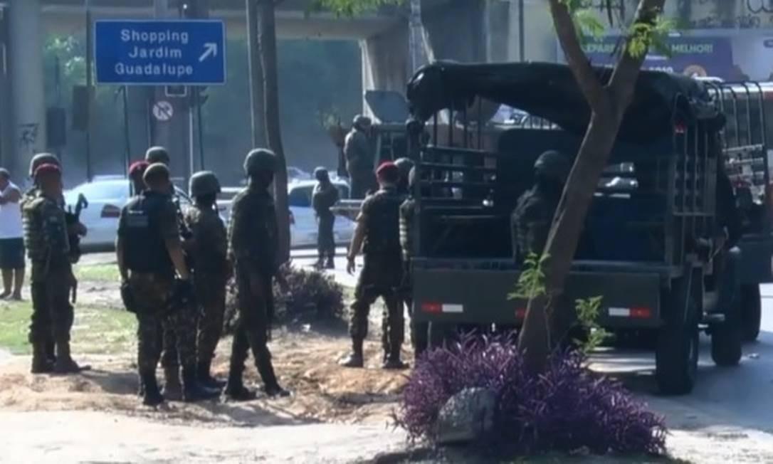 Militares em patrulha na Estrada do Camboatá, em Guadalupe, Zona Norte do Rio Foto: Reprodução/TV Globo