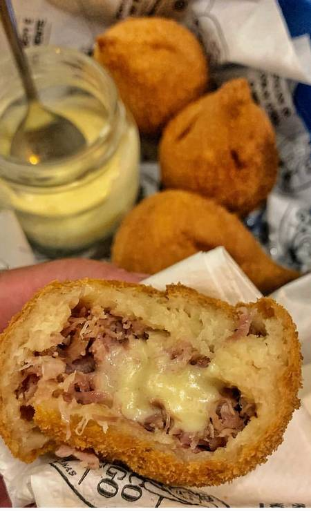 Porco Amigo Bar. Coxinha de paleta de porco com creme de queijo para acompanhar Foto: Divulgação