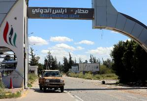 Veículo do governo líbio estaciona na porta de aeroporto, cujo controle fora retomado em Trípoli Foto: HANI AMARA 08-04-2019 / REUTERS