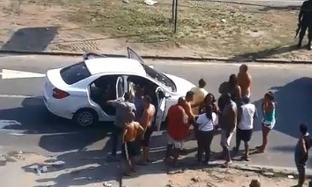 Resultado de imagem para dez militares do Exército deram 80 tiros em um carro branco suspeito