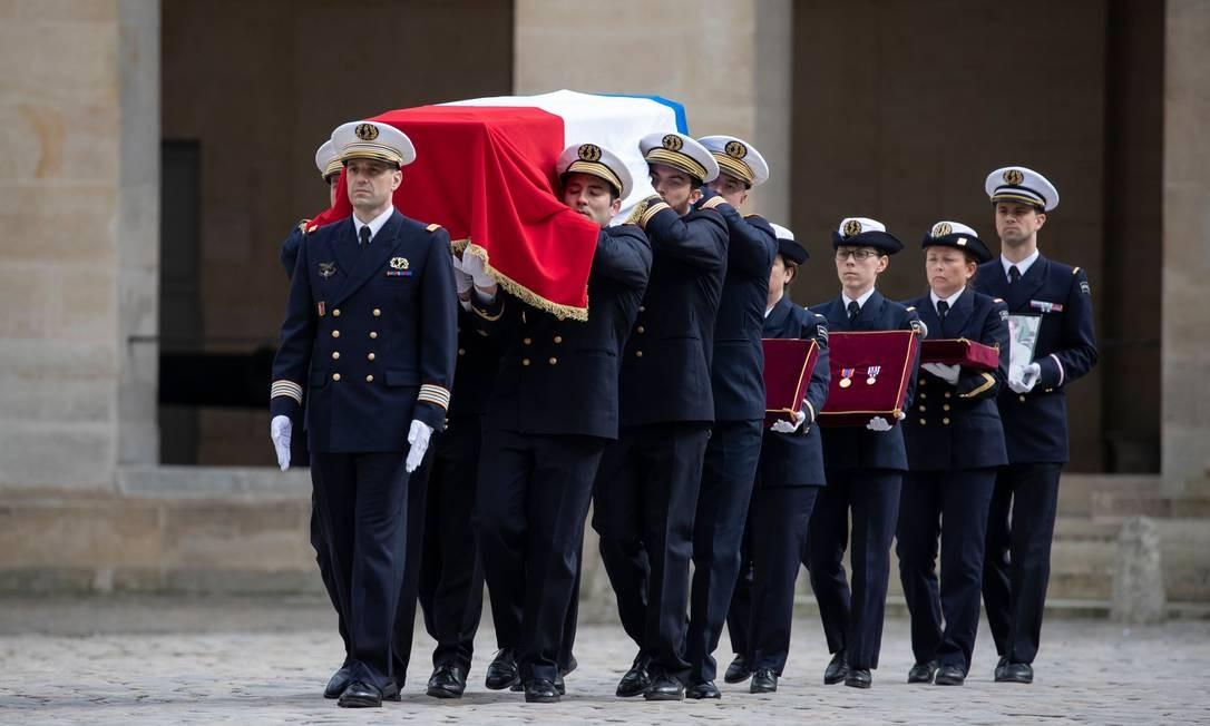 """Soldados franceses carregam o caixão do médico militar capitão Marc Laycuras, nos Invalides, em Paris. O capitão, que pertencia a uma unidade médica de Mans, no oeste da França, morreu na região de Gourma, perto da fronteira com Burkina, durante uma operação contra """"grupos terroristas armados"""", segundo a Presidência e o Exército franceses, em 2 de abril de 2019 Foto: THOMAS SAMSON / AFP"""