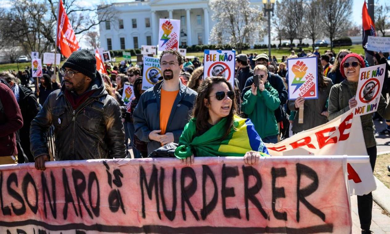 Em 17 de março, Bolsonaro foi recebido por manifestantes na Casa Branca, em Washington, EUA, na primeira visita oficial como presidente Foto: Eric Baradat / AFP