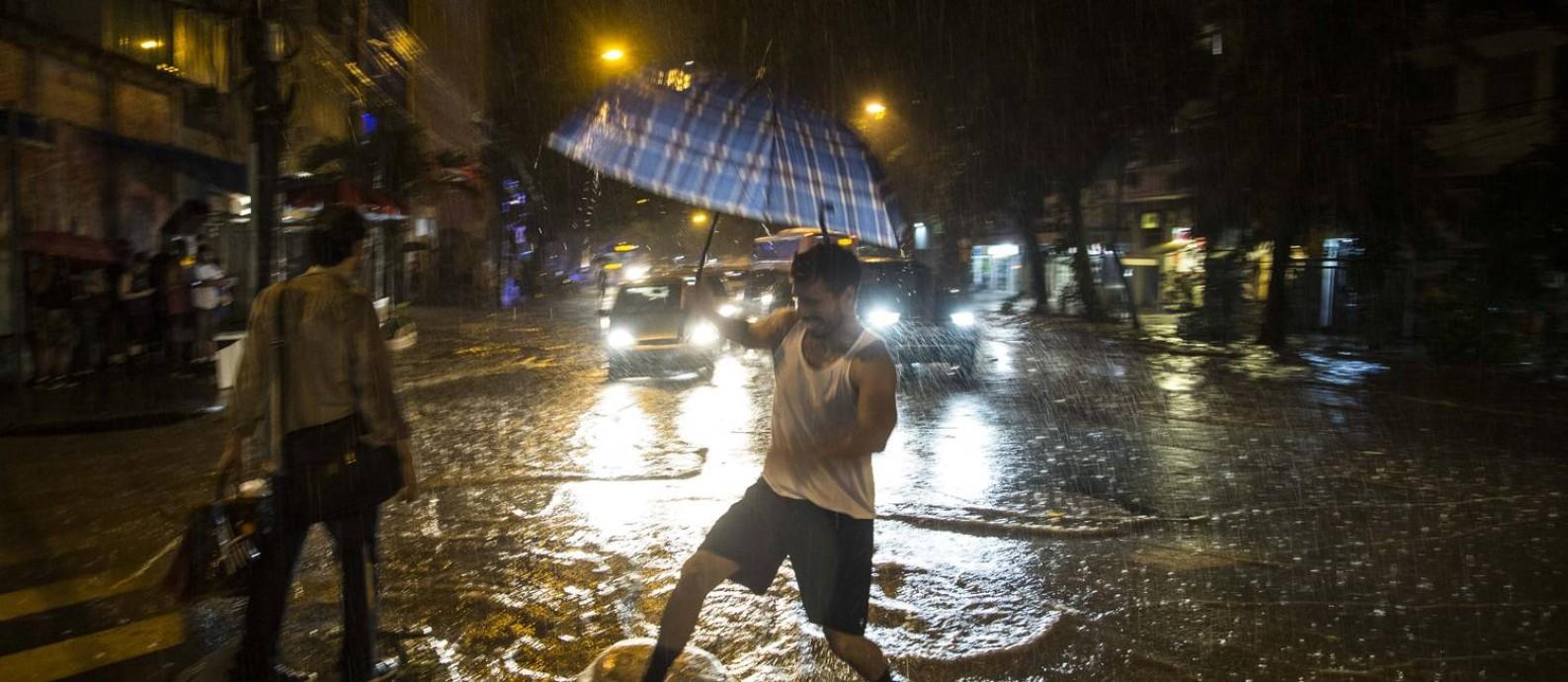 ace7edb41bc Estágio de crise  chove forte no Rio e há ruas alagadas pela cidade ...